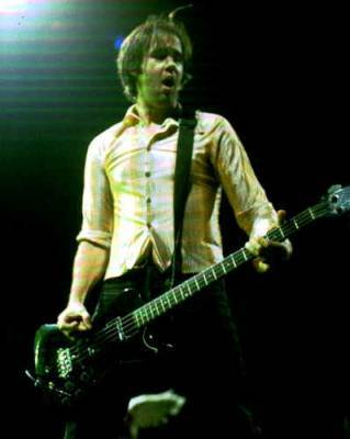 Krist-novoselic-playing-bass